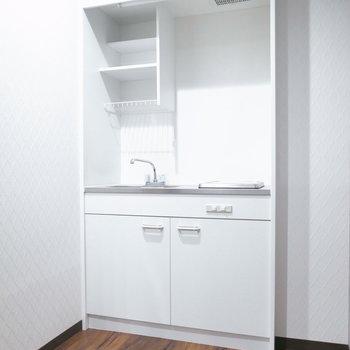 単身者向けのミニキッチン。でもスペース自体はゆったりしているので、ぜひ作業台を活用しましょう!