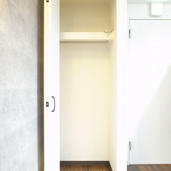 【LDK】玄関へ通じるドアのとなりにあります。奥行きあり。
