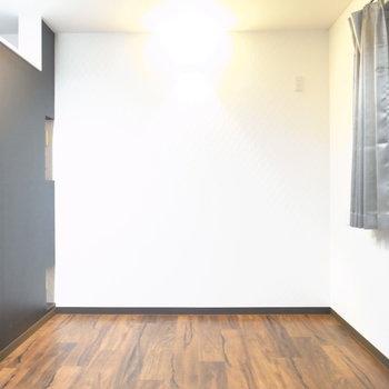 【洋室】こちらは寝室にいいですね!照明スイッチは壁を挟んで左にある玄関からも操作可能です。