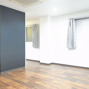 【LDK】窓はふたつ。この黒い壁、存在感がありますね。