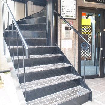 【共用部】こちらが螺旋階段。1階や他の階にはテナントが入っていました。