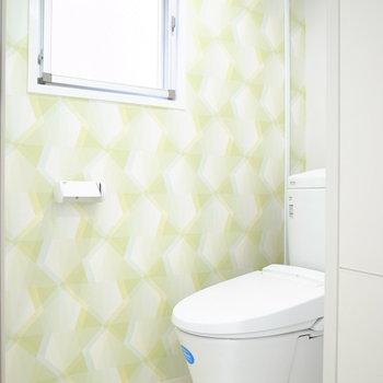 トイレですね。小窓と黄緑のクロスで明るい雰囲気です。