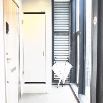 【共用部】螺旋階段を上がってすぐにお部屋のドアがあります。共用部からは外の様子は見えるようになっていますよ。