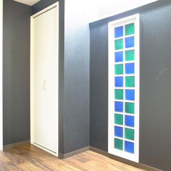 【洋室】ステンドグラス風の装飾がエレガント!