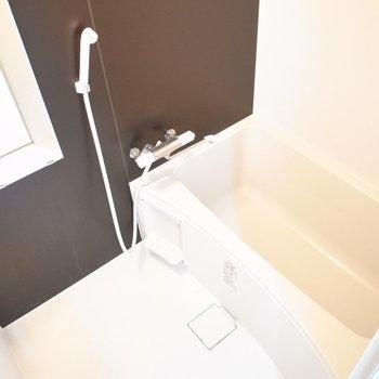 お風呂はサニタリーのドアの左隣にあります。