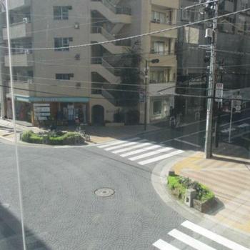 ちょうど交差点に位置する角地