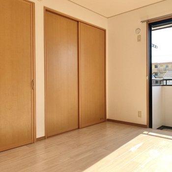 【洋室①】横には収納があります。