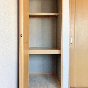 【洋室②】本をしまっておくスペースもできますね。