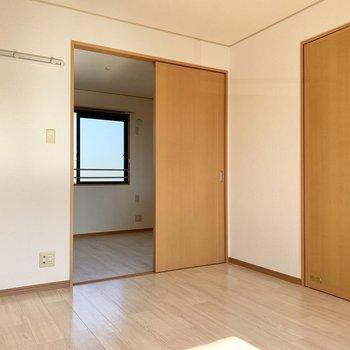【洋室①】後ろは2つ目の洋室へと続きます。