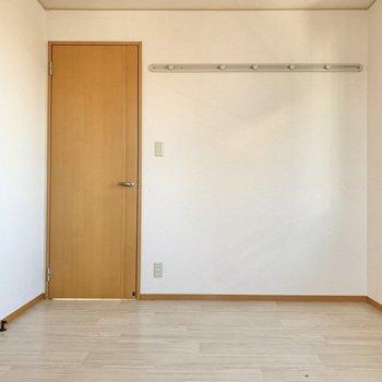 【洋室②】ドライフラワーを飾って空間に彩りを。