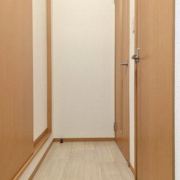廊下へ出て、左の脱衣所へ。