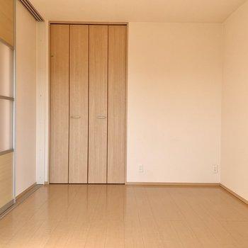 【リビング側洋室】机も余裕を持って置けそうな広さです。