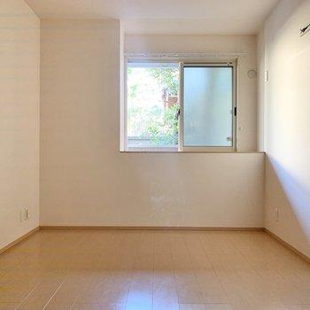 【廊下側洋室】廊下側の洋室は日があまり入ってきません。