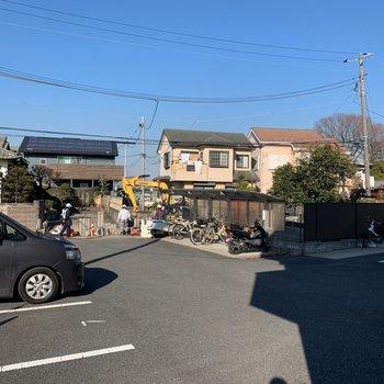 駐車場・自転車置き場は建物前にあります。