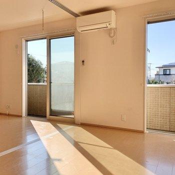 【LDK】洋室の扉を開けておくと開放的な空間になります。