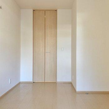 【廊下側洋室】奥に広いので、ダブルベッドでも。搬入経路は要確認。