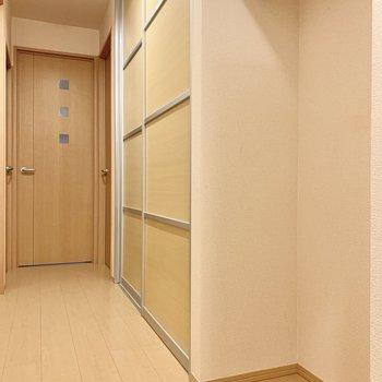 廊下にも収納スペースが充実しています。