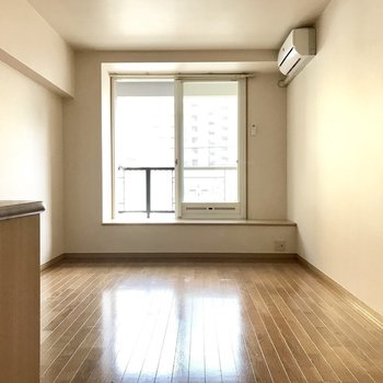 お部屋はゆとりがある広さ。(※写真は2階の同間取り、別部屋のものです)