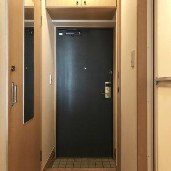 トイレのドアには全身鏡付き!シューズBOXはあんな高くに・・・!(※写真は2階の同間取り、別部屋のものです)