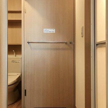実はトイレのドアは玄関を仕切るドアにもなるんです!すっげ!(※写真は2階の同間取り、別部屋のものです)