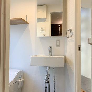【1F】脱衣所にはコンパクトな洗面台。