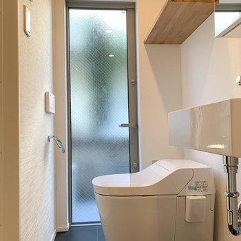 【1F】奥に温水洗浄付きのトイレがあります。