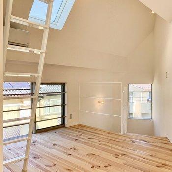 【3F】斜めの天窓があることで、さらに明るい空間へ。