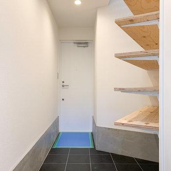 【1F】土間のような玄関スペース。