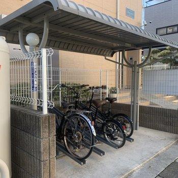 屋根付き駐輪場完備。