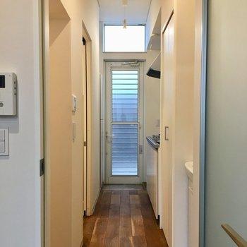 廊下は長め※写真は1階の同間取り別部屋のものです