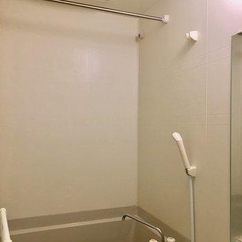お風呂で洗濯物も干せますね※写真は1階の同間取り別部屋のものです