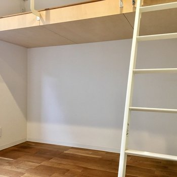 ベッド下に棚を置いて収納スペースに※写真は1階の同間取り別部屋のものです