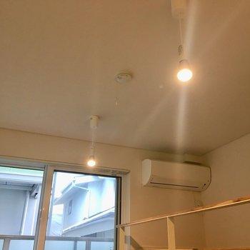 2つのライトがお部屋を暖かく照らしてくれています※写真は1階の同間取り別部屋のものです