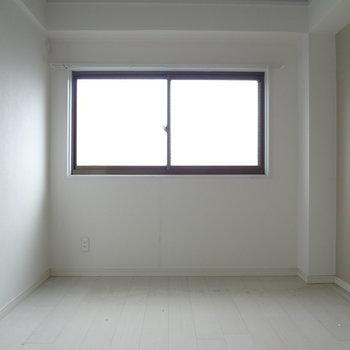 寝室にも窓があるってうれしいな〜(※写真は清掃前のものです)