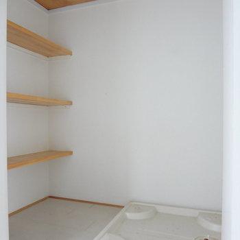 洗濯機置場のまわりに棚があるのはうれしい!(※写真は清掃前のものです)