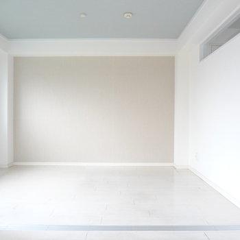 奥の洋室は寝室かな。広さもあるから、机や本棚も置けそう。(※写真は清掃前のものです)
