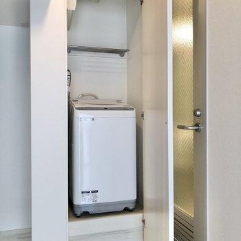 【1階】備え付けの洗濯機はキッチン横に。