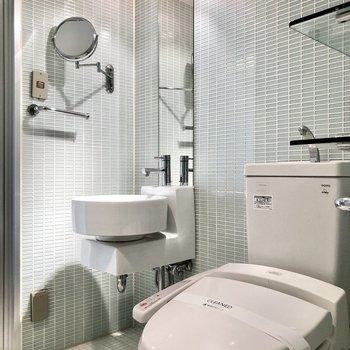 トイレの横にスタイリッシュな洗面台。