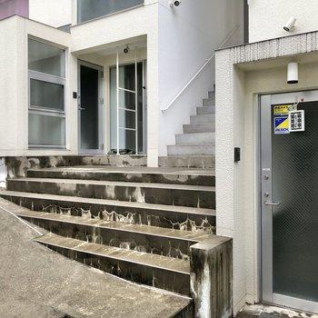 お部屋の前には階段があります。