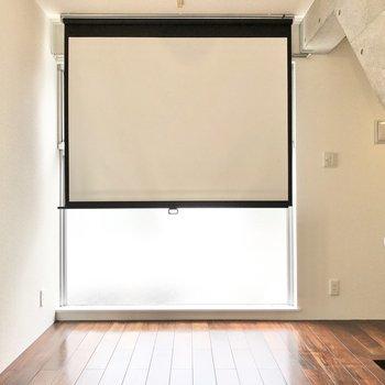 【2階】えっ……!スクリーンが窓の近くに隠れていました。※プロジェクターなどはご用意ください