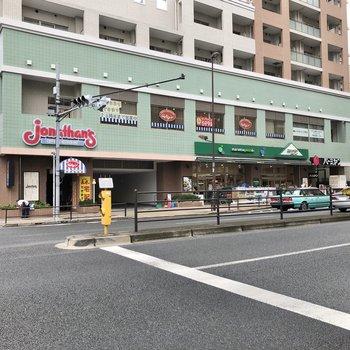 大通りに出ると飲食店やスーパー、