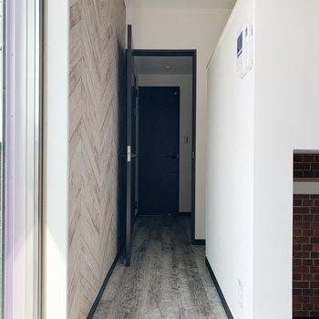 ロフトへの階段はドアの手前に。