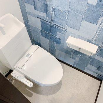 トイレはデニム調クロス。水回りは青系でまとまっていますね。