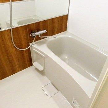 お風呂広いよ〜長風呂になりそうです!(※写真は2階の同間取り別部屋のものです)