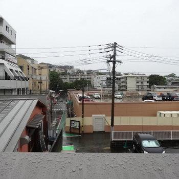 目の前は24時間営業の大きなスーパー!助かる〜♪(写真は2階からの眺望です)