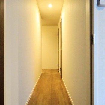 廊下が広いのです。照明が雰囲気ある。(※写真は2階の同間取り別部屋のものです)