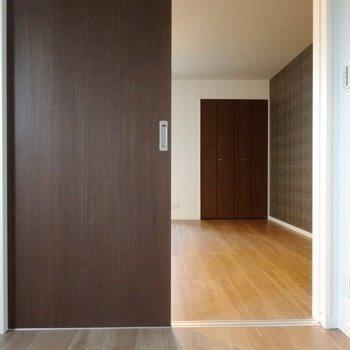 キッチン後ろの洋室。扉を開ければこんなふうに繋がります。(※写真は2階の同間取り別部屋のものです)