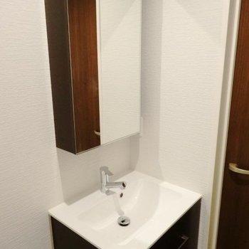 シンプルでオシャレな洗面台。(※写真は2階の同間取り別部屋のものです)