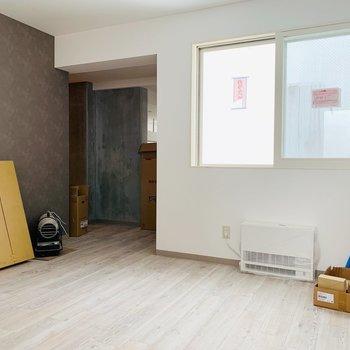 奥がリビング入り口。ゆっくりくつろげそうな洋室です◎※建築中のお部屋です