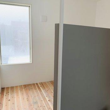 仕切りの向こうは寝室に使おうかな。南東向きの窓で明るいです※建築中のお部屋です